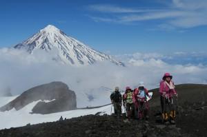 山水谷・コリャーク山を背にアバチャ頂上直下を登る